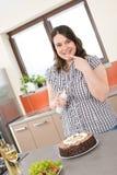 Feliz mais a mulher do tamanho com bolo de chocolate Imagens de Stock Royalty Free