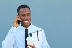 Feliz masculino africano joven en el teléfono imagenes de archivo