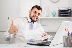 Feliz masculino novo de sorriso registrar em linha o hotel fotos de stock royalty free