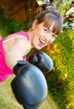 Feliz muchacha en boxeo-guantes Fotos de archivo