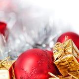 Feliz Natal, ano novo, presentes nas caixas do ouro, bolas vermelhas do Natal no canto direito Fundo branco foto de stock royalty free