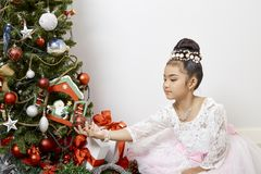 Feliz Natal asiático pequeno bonito da menina fotografia de stock royalty free