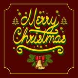 Feliz Natal da inscrição do ouro com os abeto dos flocos de neve com máscara, sino de Natal com ramos spruce no clarete Fotografia de Stock Royalty Free