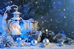 Feliz Natal e ano novo feliz Composição do Natal de brinquedos do Natal, de presentes, de velas e de árvore de Natal foto de stock royalty free