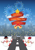 Feliz Natal e ano novo feliz em um ribbin e em um boneco de neve vermelhos com a estrada ao fundo da cidade da noite Imagem de Stock