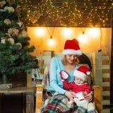 Feliz Natal e ano novo feliz A mamã e a filha decoram a árvore de Natal Família de amor do Natal imagens de stock