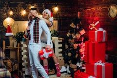 Feliz Natal e ano novo feliz Presentes do Natal Homem consider?vel com surpresa da caixa de presente para a amiga Moderno do home foto de stock royalty free