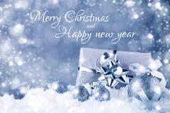 Feliz Natal e ano novo feliz Um fundo do ` s do ano novo com as decorações do ano novo Cartão do ` s do ano novo imagens de stock