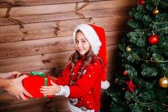 Feliz Natal e boas festas Mamã e sua menina bonito da filha que trocam presentes em casa fotografia de stock royalty free