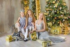 Feliz Natal e boas festas meninas bonitos da criança pequena que decoram a árvore de Natal verde branca dentro com muitos present imagem de stock royalty free