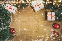 Feliz Natal e conceito 2019 do ano novo feliz Decorações festivas com ramos do abeto, decorações do Natal e presentes imagem de stock
