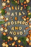 FELIZ NATAL-KOEKJES Woorden Vrolijke Kerstmis en Gelukkig Nieuwjaar het Engelse Portugees met gebakken koekjes, Kerstmisdecoratie Royalty-vrije Stock Foto