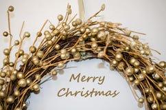 Feliz Natal que cumprimenta com decoração dourada imagens de stock