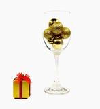 Feliz Navidad aislada con oro de la bola Fotografía de archivo