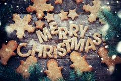 Feliz Navidad cocida de las letras Figuras galletas del pan de jengibre Imagen de archivo libre de regalías
