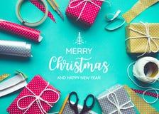 Feliz Navidad con el adornamiento del presente de la caja de regalo Fotografía de archivo