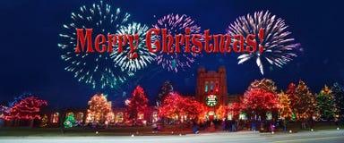 Feliz Navidad con el fuego artificial y el árbol Festivo, estación foto de archivo