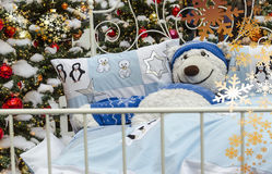 Feliz Navidad con un oso de peluche blanco Fotos de archivo libres de regalías