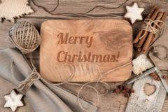 Feliz Navidad de la tarjeta de felicitación en la madera Fotografía de archivo libre de regalías