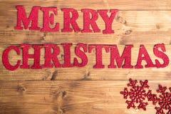 Feliz Navidad de las palabras y copos de nieve grandes Imágenes de archivo libres de regalías