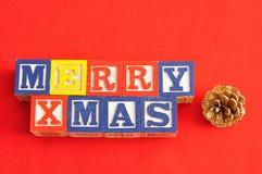 Feliz Navidad deletreada con bloques del alfabeto y una bellota Imágenes de archivo libres de regalías