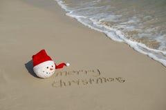 Feliz Navidad escrita en la arena tropical del blanco de la playa Fotografía de archivo libre de regalías