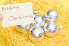 Feliz Navidad escrita en la hoja amarilla: decoraciones b de la Navidad fotografía de archivo