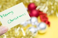 Feliz Navidad escrita en la hoja amarilla: decoraciones b de la Navidad fotos de archivo