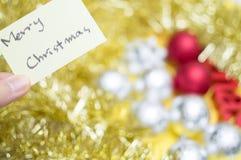 Feliz Navidad escrita en la hoja amarilla: decoraciones b de la Navidad imagen de archivo