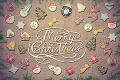 ¡Feliz Navidad! escrito entre ramas del pan de jengibre y del abeto Apariencia vintage foto de archivo libre de regalías
