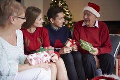 ¡Feliz Navidad a los abuelos! Imagen de archivo libre de regalías