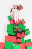 Feliz Navidad 2016 Lunes cibernético los E.E.U.U. Muchacha que sostiene el regalo de Cristmas Imagenes de archivo