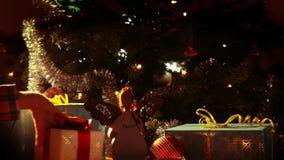 Feliz Navidad - manos del ` s de los niños coja los regalos debajo del árbol de navidad - 4 k almacen de metraje de vídeo