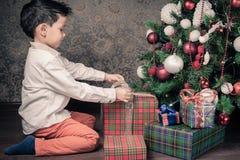 ¡Feliz Navidad! Muchacho feliz que sostiene la caja de regalo Foto de archivo libre de regalías