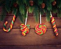 Feliz Navidad Ornamentos de la Navidad en la madera con Foto de archivo