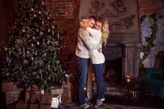 Feliz Navidad Pares jovenes que celebran Año Nuevo en casa Abrazo del hombre y de la mujer Fotografía de archivo