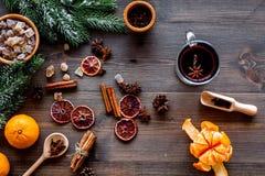 Feliz Navidad por la tarde del invierno con la bebida caliente Vino o grog reflexionado sobre caliente con las frutas y las espec imagen de archivo