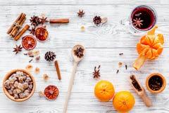 Feliz Navidad por la tarde del invierno con la bebida caliente Vino o grog reflexionado sobre caliente con las frutas y las espec foto de archivo libre de regalías