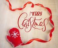 Feliz Navidad roja de la manopla y del texto de Santa Claus Letras de la caligrafía Fotografía de archivo libre de regalías