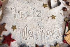 Feliz Navidad, spanischer Text gemacht mit dem Mehl, umgeben von Chris lizenzfreies stockfoto