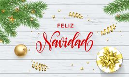 Feliz Navidad Spanish Merry Christmas guld- garnering- och kalligrafistilsort på vit träbakgrund för hälsningkort vektor royaltyfri illustrationer