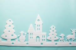 Feliz Navidad y Feliz Año Nuevo Cortador de la espuma de la ciudad con rei Fotos de archivo libres de regalías
