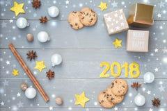 Feliz Navidad y Feliz Año Nuevo Decoración festiva de la Navidad con las estrellas, mini regalos, texto en el gris claro Imagen de archivo libre de regalías