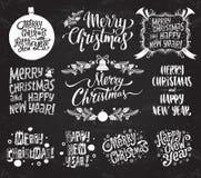 Feliz Navidad y Feliz Año Nuevo Fije de vector caligrafía retra y del vintage que pone letras a etiquetas en fondo de la pizarra stock de ilustración