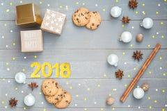 Feliz Navidad y Feliz Año Nuevo Fondo brillante de la Navidad con la decoración festiva, espacio de la copia Foto de archivo libre de regalías