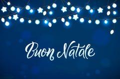 Feliz Navidad y Año Nuevo Garland Light Design en fondo azul Imágenes de archivo libres de regalías