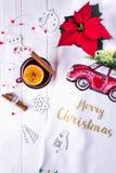 Feliz Navidad y Feliz Año Nuevo La Navidad reflexionó sobre el vino en un fondo de madera blanco Composición de la Navidad Imagen de archivo