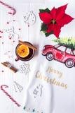 Feliz Navidad y Feliz Año Nuevo La Navidad reflexionó sobre el vino en un fondo de madera blanco Composición de la Navidad Fotografía de archivo libre de regalías