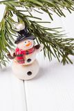 Feliz Navidad y Feliz Año Nuevo Muñeco de nieve y rama de árbol de navidad divertidos en el fondo blanco Espacio libre Foto de archivo libre de regalías