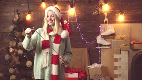 Feliz Navidad y Feliz Año Nuevo Muchacha feliz con brillante festivo Luces de Bengala Emotoins divertidos almacen de metraje de vídeo
